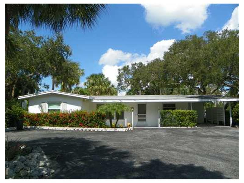 Photo of home for sale at 129 Pierson Lane, Sarasota FL